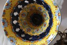 Lampadario in ceramica.Foggiatura al tornio,intagliato e dipinto a amno.