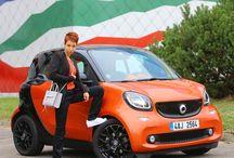 Autfit inspirovaný Smart ForTwo / www.autokabelky.cz #smart #fortwo #outfit #autfit #blackonblack #whitesneakers #adidasoriginals #menstyle #casual #černá #pánskýšik
