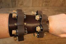 Armschiene mit Fläschchen Halter / #Armschiene aus 3 mm Vollrindleder Länge: 15 cm Umfang 16 - 30 cm  Halterung für 8 #Fläschchen, teils variabel  Die 8 Fläschchen mit Korkdeckel sind im Preis inbegriffen  #Mittelalter #LARP #Steampunk #Leder