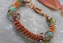 Korálky, šperky, brože