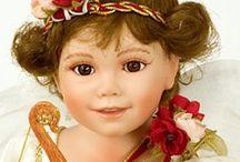 Что подарить женщине? / Куклы знаменитости (по англ. - Celebrity dolls) – это куклы и фарфоровые фигурки, прототипами для которых явились известные люди. Внешность кукол и одежда полностью повторяют своего реального героя (прототипа куклы). Материал и размер куклы не имеют значения. Прототипами кукол-знаменитостей являются не только реально существующие люди, но киногерои или литературные герои. Интересный выбор Вы найдете тут http://rusbutik.ru/catalog/index.html?id_category=22