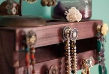 Pallet Holders / Stylish diy pallet jewelry holder and pallet key holders for your home.
