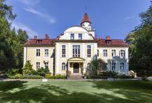 Nieznanice - Pałac / Pałac w Nieznanicach wzniesiony w 1918 r. przez Aureliusza Wunsche. Po II wojnie św. w pałacu utworzono Stację Hodowli Roślin. W 1995 r. ogłoszony został przetarg odnośnie sprzedaży, w wyniku którego ziemie trafiły do Jerzego Ostrowskiego. Pałac miał służyć jako rezydencja mieszkalna. Jednakże w końcu kwietnia 1997 roku rezydencja została sprzedana kolejnym właścicielom. Obecnie jest w posiadaniu Elżbiety Lubert i Gerarda Weydmanna, którzy otworzyli tam restaurację wraz z hotelem.