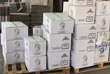 Suchy lód dla firm / Suchy lód dla firm sprzedawany jest w zestawach wysyłkowych lub kontenerach. Suchy lód dla firm pakowany jest w duże styropianowe opakowanie po 30 lub więcej kilogramów. Należy pamiętać że suchy lód sublimuje dlatego też firmy zamawiające suchy lód muszą zwróć uwagę na to że w ciągu doby straty suchego lodu sięgają do 2,5 kilograma.