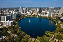 """Orlando / De pântano a capital mundial da diversão. A história do sucesso de Orlando e sua região é relativamente recente e começou quando um senhor chamado Walt Disney comprou sigilosamente uma área gigante da Flórida onde pudesse expandir seu império e dar vida aos seus carismáticos personagens. De uma região pantanosa e sem muita pretensão, surgiu o Walt Disney World, um complexo de parques e hotéis que foi o pontapé inicial para que Orlando se tornasse esse fenômeno que é hoje.  O primeiro parque aberto na região foi o Magic Kingdom, em 1971, que na verdade fica em Lake Buena Vista. Em seguida, outras empresas se instalaram no lugar e atualmente Orlando abriga três grandes grupos de entretenimento, Walt Disney World, Sea World e Universal Orlando. Orlando recebeu mais de 45 milhões de visitantes por ano, nos últimos anos, o que a torna uma das cidades mais visitadas do mundo.    Atualmente, a Disney tem quatro parques temáticos (Magic Kingdom, Epcot, Hollywood Studios e Animal Kingdom), dois aquáticos (Thyphoon Lagoon e Blizzard Beach), um indoor de jogos eletrônicos (Disney Quest) e uma grande área de entretenimento (Downtown Disney). Os parques da Disney são mais voltados para o público infantil e lá você poderá se sentir em uma verdadeira história de contos de fadas. Na Disney você poderá ver a Cinderela, jantar com o Mickey, dar um """"alô"""" para o Ursinho Pooh e ouvir Nemo e seus amigos cantarem.    A Universal tem dois parques temáticos (Universal Studios e Islands of Adventure), um aquático (Wet 'n Wild) e um complexo de entretenimento ótimo para adultos (Universal CityWalk). O Sea World Parks tem vários parques; seu principal é o Sea World e ele tem dois parques aquáticos em Orlando, o Aquatica e o Discovery Cove (que é como um paraíso tropical). Em Tampa, cidade vizinha a Orlando, está o Busch Gardens, um parque com muitas montanhas-russas radicais. Mais distante um pouco, mas não menos importante, está o Kennedy Space Center, o principal centro de lançamen"""