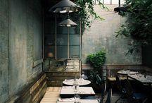 Foto - Idee 03 / dunkel, gelbes/fahles Licht, grüne Wände, Pflanzen, Natur, beige, dunkelgrau, Country