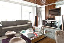 Salas Espetaculares / Sendo grande ou pequena, para uma sala ficar espetacular é indispensável um tapete lindo e de qualidade. Aqui temos alguns projetos assinados por arquitetos parceiros, onde os tapetes Santa Mônica têm papel fundamental.
