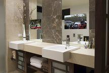 Pomysły do domu - łazienka / Telewizor w łazience może się przydać. Czy to jako mały ekran w lustrze nad umywalką do szybkiego obejrzenia porannych wiadomości, czy też jako duże lustro, aby wylegując się w wannie spokojnie obejrzeć film. Więcej na: http://mirrormultimedia.pl/projektowanie-wnetrz/aranzacja-lazienki
