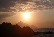 Napfelkelte / Sunrise / A Sarti (Görögország) napfelkelte azért olyan legendás, mert bár hónapról hónapra másutt kel fel a nap, a nyári szezonban a Szent-hegy, azaz az Athosz hegyvonulata mögül jelennek meg a nap első sugarai, ami épp Sarti öböl tengerpartjával szemben emelkedik ki a tengerből. A napfelkelte hol arany, hol vörös színekben pompázik, hol pedig az éjszakai viharfelhők között pislákolva ébredezik a napocska, ami felejthetetlen látvány néhány sirály társaságában, egy frappé mellett! Íme a bizonyíték!