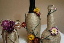 garrafas decoradas de fio de palha.