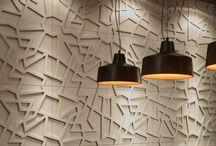[Castelatto] Theo / Inspirada nas linhas retas e desenhos do pintor holandês Theo Van Doesburg, um dos fundadores do neoplasticismo. Os revestimentos de parede oferecem desenhos inusitados e efeito marcante, que ganham destaque com a iluminação local.