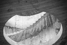 L'astronave diroccata / Mi è capitato di recarmi a Martina Franca lo scorso maggio e di vedere per la prima volta lo scheletro del fabbricato incompiuto che avrebbe dovuto essere un grande albergo nel polo sportivo del Pergolo. La giornata nuvolosa era perfetta, la luce morbida rendeva leggibili tutte le sfumature di grigio del calcestruzzo.