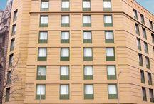 Hcc open / Situado en pleno Eixample, junto a la Plaza de Espanya y el recinto ferial y a pocos minutos de la Plaza de Catalunya, el hotel ocupa un edificio de nueva construcción del año 2004