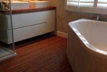 Parketvloer voor in de Badkamer / Hergebruikt #teak in smalle strips. #parketvloer #badkamer