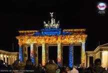 """1. BERLIN FESTIVAL OF LIGHTS AWARD 2015 @ Brandenburger Tor / Freitag 09.10. bis Samstag, den 17.10.2015, um 23:59 Uhr kann noch gevotet werden  """"Vision of Energy"""" und """"New Dimensions"""" auf dem Brandenburger Tor  Welche Inszenierung gefällt euch am besten? Hier seht ihr alle Videos und könnt für den Publikumsaward abstimmen:  http://fol-awards.de/  Which mapping do you like most? Here you can see all videos and vote for audience award:  http://fol-awards.de/"""