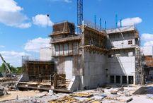 Spalarnia w Koninie / W Koninie przy ulicy Sulańskiej trwa budowa zakładu termicznego unieszkodliwiania odpadów komunalnych. Zakład będzie przetwarzał rocznie około 94 tys. ton zmieszanych odpadów dostarczanych z terenu subregionu konińskiego. Najważniejszym obiektem spalarni jest bunkier, którego część podziemna ma wysokość ponad 12 m a nadziemna blisko 33 m. Firma ULMA jest kompleksowym dostawcą systemów deskowań oraz rusztowań na tę budowę.