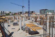 Royal Wilanów w Warszawie / W sierpniu 2013 roku w warszawskim Wilanowie rozpoczęła się budowa Royal Wilanów - wysokiej jakości budynku biurowego klasy A. Na czterech kondygnacjach obiektu znajdzie się 29 787 m2 powierzchni biurowej. Parter budynku o powierzchni 6 920 m2 zajmą sklepy, punkty usługowe, restauracje i kawiarnie. Budowa obiektu ma zostać zakończona w sierpniu 2015 roku. ULMA Construccion Polska S.A. jest dostawcą deskowań na budowę biurowca.