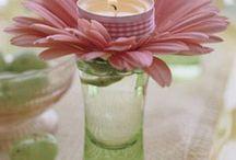 svíčky ve sklenici a květy