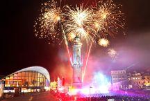 Leuchtturm in Flammen / Jedes Jahr beginnt in Warnemünde mit Leuchtturm in Flammen. Eine romantische Show am Leuchtturm Warnemünde mit Licht, Laser, Feuerwerk und Live-Performance.