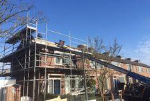 Innovatieve dakoplossing met indak-zonnepanelen / In maart 2015 is Weijerseikhout gestart met het verduurzamen van 73 woningen in Abcoude voor woningcorporatie GroenWest en haar huurders. De bewoners krijgen een compleet nieuwe geïsoleerd dak, waarin de zonnepanelen geïntegreerd zijn. Weijerseikhout isoleert het dak aan de buitenkant en monteert op elke woning twaalf zonnepanelen. Het verduurzamen van het dak levert de bewoners, naast meer wooncomfort, een aanzienlijke kostenbesparing op in de energielasten.