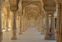 JAIPUR , INDIA -  Grace Travel Mart / تعرف الولاية الهندية الشمالية راجاستان بالاراضي القاحلة الرملية والألوان الثقافية المجددة. جايبور هي عاصمة ولاية راجستان، وتعتبر بوابتها. مغطاة بالحصون والقلاع الملكية التاريخية، جايبور مثال ممتاز للمحور الحضري الذي يعايش الحداثة مع العصور القديمة. حصن جايبور هو تراث ومكان فريد للمدينة. ويعرض السحر الملكي في العصر الذهبي لراجستان.