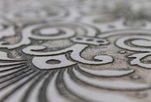 Wave Living Acquaforte / Natuursteen wordt door een waterjet voorzien van figuren en motieven die desgewenst met de hand worden ingekleurd met edelmetalen en kleurstoffen. Er kan gewerkt worden met bestaande (bas-reliëf) motieven of de klant kan zelf zijn ontwerp aanleveren. Nibo Stone in Venlo en Vianen is exclusief dealer van Wave Living Acquaforte.
