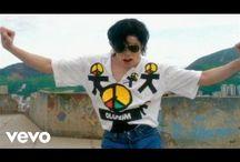 "Michael Joseph Jackson , "" The King Of Pop "" o más bien "" Michael Joseph Jackson , "" El Rey Del Pop "" ....."