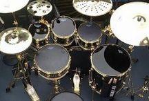"""Уроки и курсы на ударных, Обучение на барабанах для начинающих Москва / Центр Искусств «АРТИС» приглашает на обучение:   - эстрадному и джазовому вокалу,  - электрогитаре и бас-гитаре,  - ударной установке,  - игре на фортепиано.   1. 8 оборудованных комнат, которые позволят Вам заниматься в то время, которое выбираете Вы.  Уникальный 2-х месячный курс для барабанщиков """"Драмс-КМБ"""", благодаря которому каждый участник гарантированно получает видеозапись собственного drum-кавера."""