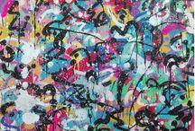 ZOKATOS / Bercé par la contre-culture des années 90, Zokatos s'est tourné vers la rue comme terrain d'expression originel. Il a gardé du graffiti sa brutalité, sa force évocatrice et une certaine conception de la peinture. Du mur à la toile, son travail a ensuite évolué, tout en conservant les outils du street art, marqueurs et bombes aérosols pour l'essentiel. Ses compositions abstraites et colorées détonnent à présent avec l'univers pragmatique et grisonnant des cités parisiennes de son enfance.