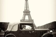 Voitures anciennes devant la Tour Eiffel