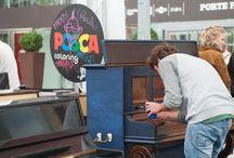 """Play Me I'm Yours / Décorés par des artistes plasticiens, 50 pianos prennent cette année encore place dans la ville, dans le cadre de l'opération """"Play Me I'm Yours"""". Pour fêter leur retour, revivez l'édition de 2013 grâce à un webdoc haut en couleur."""