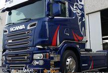 Decorazione Scania con Grifone bicolore rosso argento metallizato 3m / Decorazione Scania con Grifone bicolore rosso argento metallizato 3m #scani #grifone #grifonescania #decorazionecamion #truck #sticker #3m #arteinstudio #wrapinstudio #gowraporgohome