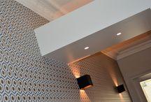 Appartement lumineux et coloré / Cet appartement haussmannien a été entièrement repensé par l'agence Apolline terrier pour devenir un lieu de vie fonctionnel, lumineux et adapté aux besoins du client. Tous les espaces ont été rénovés et transformés dans un souci esthétique et fonctionnel. Du papier peint vintage au motif scandinave, la couleur envahit les espaces. L'agence a dessiné le mobilier pour rendre l'entrée plus fonctionnelle.
