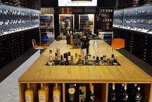 """Impressionen VINELLO.store Dresden / Mit """"Genuss für alle!"""" meint es vinello ernst. In unserem umfangreichen Wein-Sortiment finden Sie garantiert den passenden Wein für jede Gelegenheit. Werten Sie Ihre Anlässe oder Speisen mit dem entsprechenden Wein auf. Vinello möchte seinen Kunden Wein unkompliziert und einfach zugänglich machen. Neben Wein aus den großen europäischen Weinländern bietet der Weinversand auch ein beachtliches Übersee-Sortiment an. Wo: www.vinello.de oder vor Ort im Untergeschoss in der Centrum Galerie Dresden."""