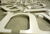 RVS-letters / metalen letters / Letters gemaakt uit RVS of metaal in dunne en dikke uitvoeringen; gemonteerd door VCA-gecertificeerde mensen van bosman!