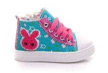 Detská obuv / Obchod cosmopolitus.eu Vám přináší pohodlné dětské boty, vyrobené z nejlepších materiálů. V naší nabídce najdete boty, boty, boty, vaky, boty jaro / podzim - boty, tenisky, tenisky. Zapínání na suchý zip, krajky-up a skluzu. Sandály, žabky, pantofle, boty a další. Vítejte.
