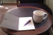 Meine schönsten Schreiborte / Schreiben kann man fast überall. Meist sitze ich am heimischen Schreibtisch, aber manchmal zieht es mich auch mehr oder weniger weit hinaus in die Welt.