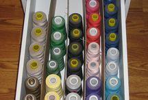 Säilytysratkaisut - Saumuriklinikka / Ideoita ompelutarvikkeiden organisointiin / ideas to help organize your sewing supplies.