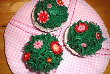 Cupcakes / Cupkake grün Gras Blumen Fonant Buttercreme Flowers Schokolade weiß White Choclet