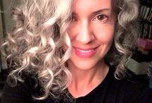 Kır Saçının Zincirini - Unchain Your Hair / Kıvırcık ve doğal kır saçlar için fikirler - dip boyasından ve saç fönletmekten baygınlık geldiyse doğal saçlarınla barışmanın vakti gelmiş olabilir :) It maybe time to unchain your hair if you're tired of root touch ups and straighteners :) #grisac #kivirciksac #goinggraygracefully #dogalsac #beyazsac #kırsac #dogalbukleler #kıvırcık #kıvırcıksaç