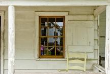 Uma casinha branca de varanda