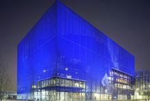 Jean Nouvel (Jenni Smolander) / Jean Nouvel on 12. elokuuta 1945 syntynyt ranskalainen arkkitehti. Nouvel nousi kansainvälisesti pinnalle vuonna 1987 Pariisiin rakennetulla Arabi-instituutila.  Hän on saanut monia kansainvälisesti merkittäviä palkintoja kuten mm. Wolfin palkinto (2005) ja Pritzker-palkinto (2008). Jean Nouvelin rakennusten arkkitehtuurissa toistuvina teemoina nähdään valon kerroksellisuus, läpinäkyvyys sekä läpikuultamattomuus.
