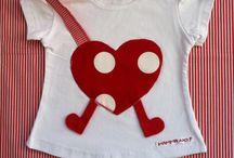 T-shirts porta-ciuccio MAMMANO / Magliette Porta-ciuccio MAMMANO: il nastro porta-ciuccio e' incorporato alla maglietta così da non potersi staccare, mai piu' il ciuccio per terra!