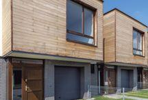 Nasze realizacje - Osiedle Między Kwiatami w Pruszkowie / Dzisiaj przedstawiamy Wam nowoczesny projekt architektoniczny osiedla 65 domów jednorodzinnych. Na uwagę zasługuje między innymi wysokość pomieszczeń - 290cm - która dorównuje standardom luksusowych willi. Dodatkowy komfort życia zapewniają bardzo szerokie i wysokie od podłogi do sufitu drewniane okna. Nowoczesna technologia i naturalne materiały budowlane - zestaw idealny!  http://www.sokolka.com.pl/