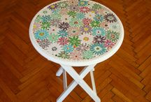 Mozaik sehpa / Sehpaların üzerilerine mozaik ile süsleyerek rengarenk bir mobilya olan mozaik sehpa yapabilirsiniz.