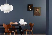 Reflections of time - LADY 2016 / Reflections of Time gir deg sofistikerte blåtoner i nydelig samspill med varme nøytraler og gylne nyanser. Inspirasjonen hentes fra tidligere tider, og en unik atmosfære preget av nostalgi og sanselighet oppstår når ulike stilretninger møter hverandre. Vi ser vintagemøbler i kombinasjon med moderne design. Møbler i lær og solid marmor, som sammen med edle metaller og art deco-inspirerte detaljer, gir interiøret et særpreg. Det hele fremheves vakkert av vegger malt i tidsriktige farger.