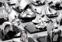 collezione ZODIACO / 12 sculture in resina finemente modellate, in cui si alternano, in un gioco di ombre e luci, superfici ruvide e lisce: Il fascino astrale dei segni zodiacali incontra il puro Argento, per dar vita ad una nuova collezione di oggetti regalo unici ed originali.  Tecnologia SilvanSputteringAg.  Designer Hatari.