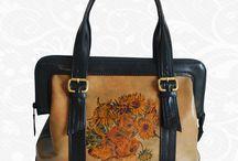 Ručne maľované kožené kabelky / Ručne maľované kožené kabelky. Každý kus je umelecké dielo. Maľované špičkovými umelcami z Európy na pravú taliansku kožu. Existuje len pár kusov a každý je jedinečný. Ideálny spôsob, ako byť originálny. Neopakovateľné originály s neopakovateľnou maľbou.