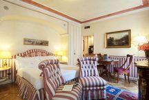 Deluxe Room / Le Deluxe Room del Petit Palais sono suite sofisticate e dotate di tutti gli accessori di comfort e lusso, per un soggiorno indimenticabile. Pregiati arredi d'epoca, pavimenti in parquet e originali tappeti completano gli ambienti.