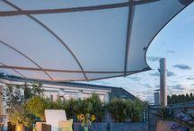 Balkon / Auch wenn er noch so klein ist, der Balkon ist ein Wohnzimmer im Freien. Mit Pflanzen, Möbeln, Licht, Dekoration und Sonnenschutz kann man es sich hier in der warmen Jahreszeit so richtig gemütlich machen. Aber auch der Bodenbelag und das Geländer sowie der Sichtschutz am Balkon dürfen nicht dem Zufall überlassen werden. Für besonders windlästige Lagen ist auch eine Verglasung des Balkons eine denkbare Option.